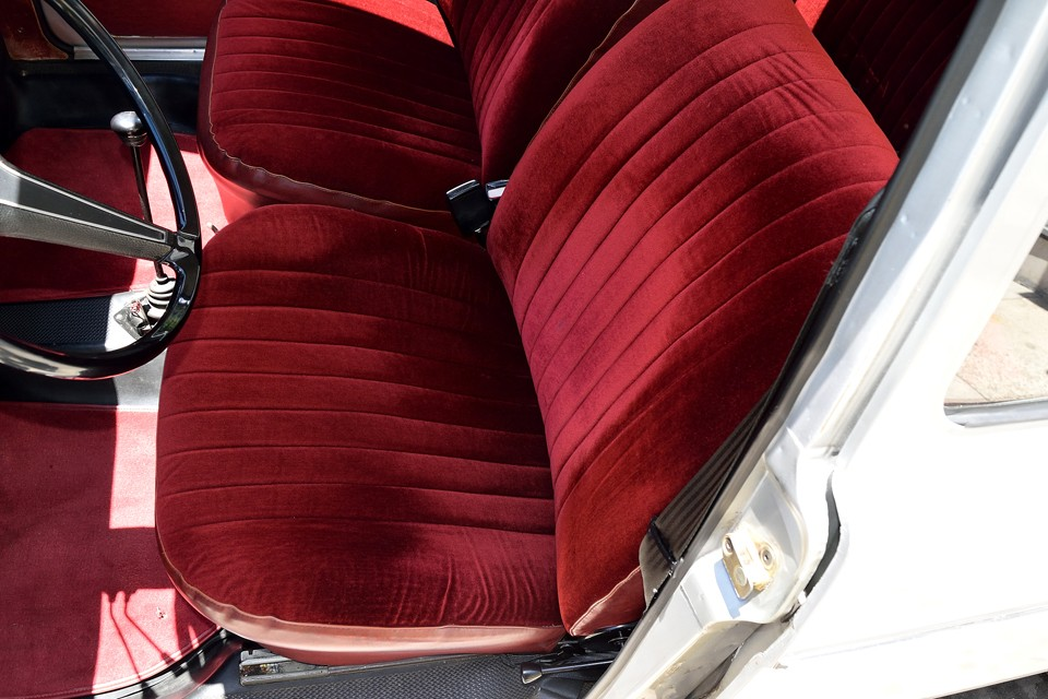 もちろん、モケット素材ですので、使用頻度の高い運転席には、若干の使用感はありますが、全シート、破れや目立つ汚れはありません!