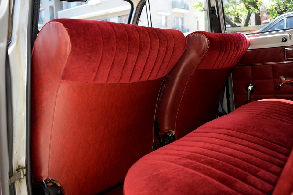 冗談はさておき、このフロントシート形状の美しいこと!でも、それだけではありません。リアの乗員の足元のスペースを確保するとともに、万一の時のクッションにもなる形状です。