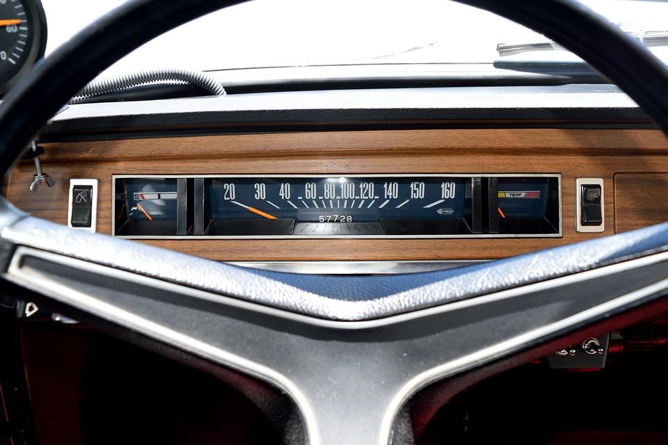 クライスラーの影響か、少しアメ車を連想させる銀の枠が付いた横メーター。バックパネルのブルーに、オレンジの針がとても洗練された印象です。ちなみにオドメーターはご覧の距離ですが、旧車ですし、5桁メーターのため走行距離は不明とさせていただきました。