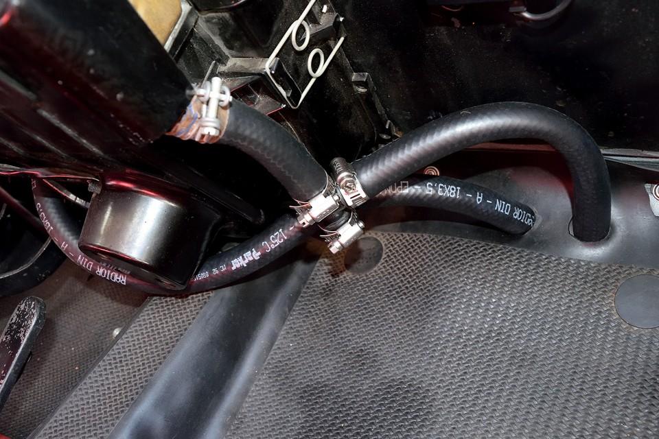 ヒーターユニットへと繋がるヒーターホースは、すべて一新されています。これは安心ですね。