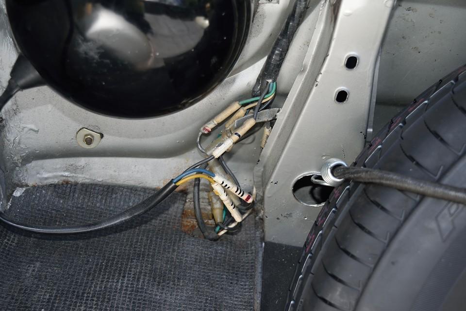 ヘッドライト、ウインカー周りの配線もすべて、張り替え済のようです。ちなみに、端に写るスペアタイヤ・・・新品です。