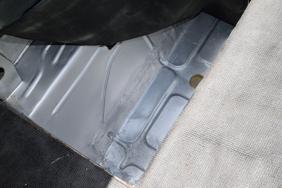 そのスペアタイヤ下の床面です。サビの出やすいところなので、この個体もそうだったのでしょう。ですが、ご覧の通り、キッチリと補修されています。これはかなりご安心いただけると思います。
