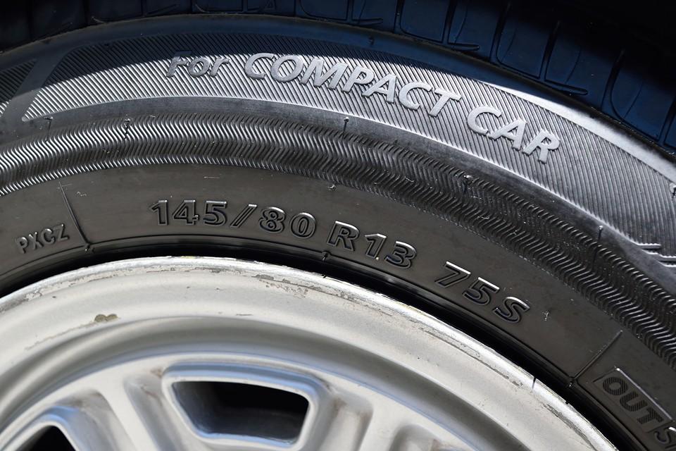 タイヤサイズは145/80R13。旧車は該当するサイズのタイヤが無くて・・・と困る事も多いですが、このサイズなら安心ですね。リーズナブルな価格で、簡単に入手可能なサイズです。