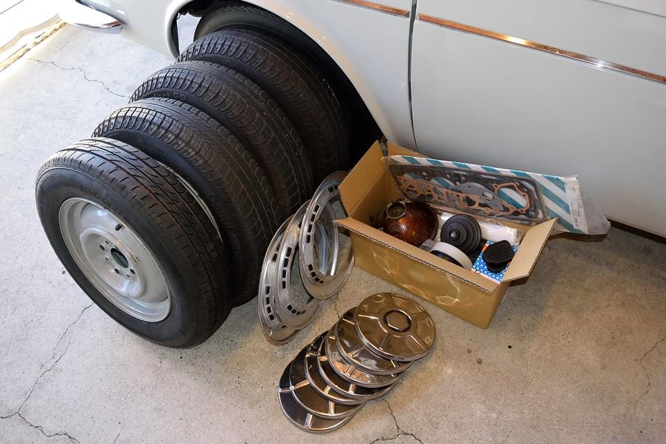 ノーマルの鉄ッチンホイール、数が合ってませんがホイールキャップ、ブーツ、オイルフィルター、ガスケットキット、ブレーキパッド等の予備パーツが付属します。