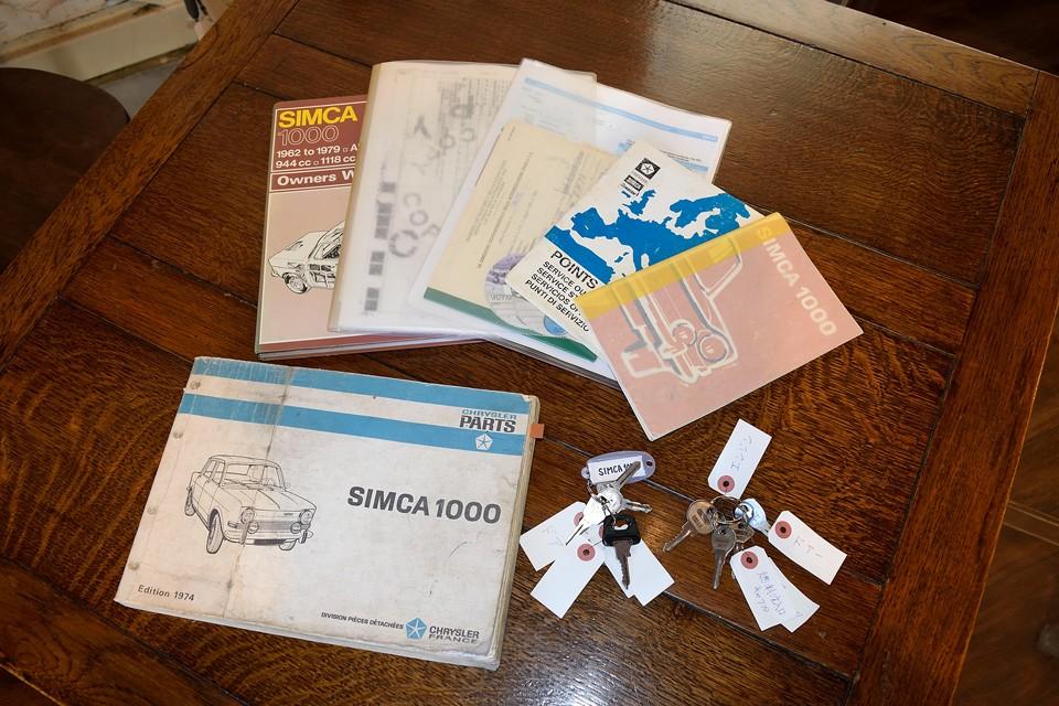 そして、貴重なシムカ1000パーツリスト、Haynes整備マニュアル、SIMCA1000イタリア語マニュアル、現地車検証等の書類、メインキーセット、スペアキーセットも付属します。