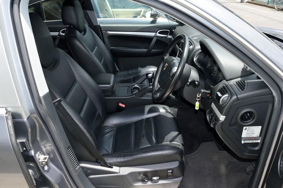 ブラックレザーがらしいですね。SUVとは言え、走りをイメージするスパルタンなデザインに、ポルシェのこだわりを感じます。