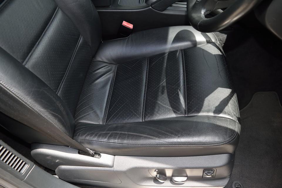 一番使用頻度の高い運転席には、ご覧の程度の使用感はありますが、年式を考えますと、かなり良い状態だと言えます。レーシーなパンチングレザーが、これまたポルシェらしい!