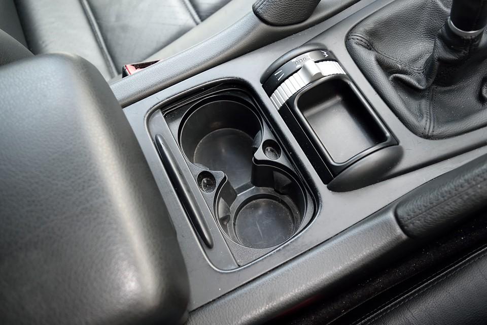 輸入車には今まで無かったドリンクホルダーや、ちょっとした小物入れなんかも装備!もはや国産車と変わらない充実度かと・・・。