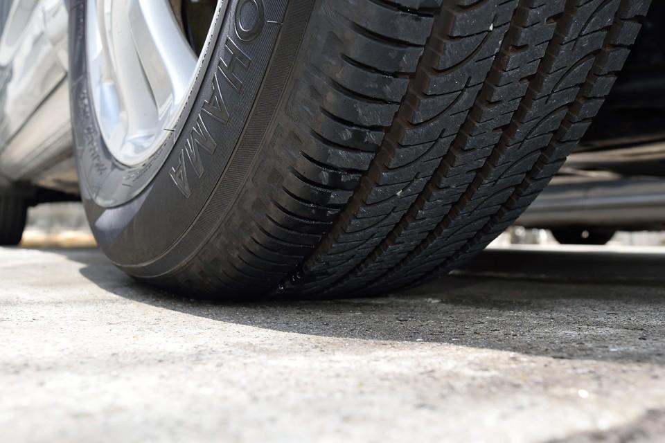タイヤ残溝はご覧の通りタップリ!8分~9分山というところでしょうか。当分交換の必要はありません!