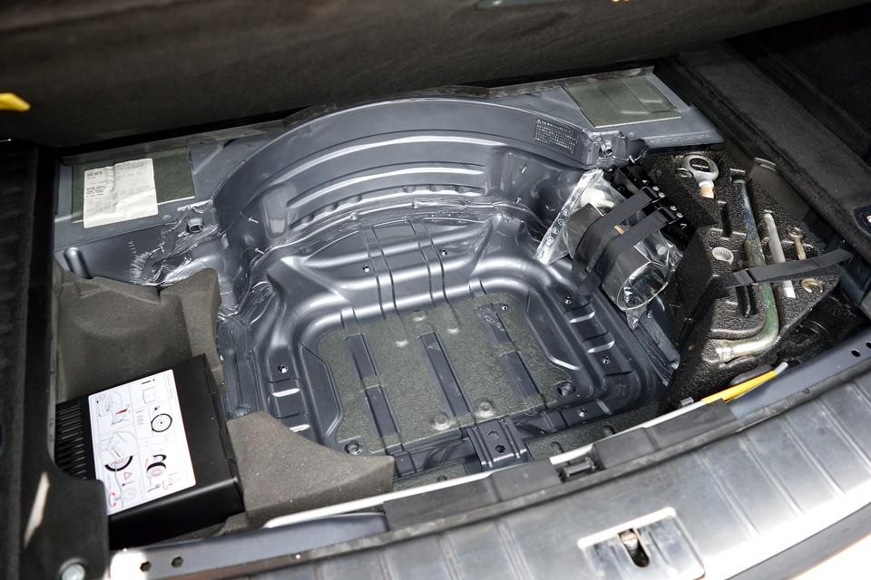 トランク下もご覧の通り。初めて開けたかのような、手付かずの状態です。スペアタイヤでは無く、パンク修理キットが付属します。
