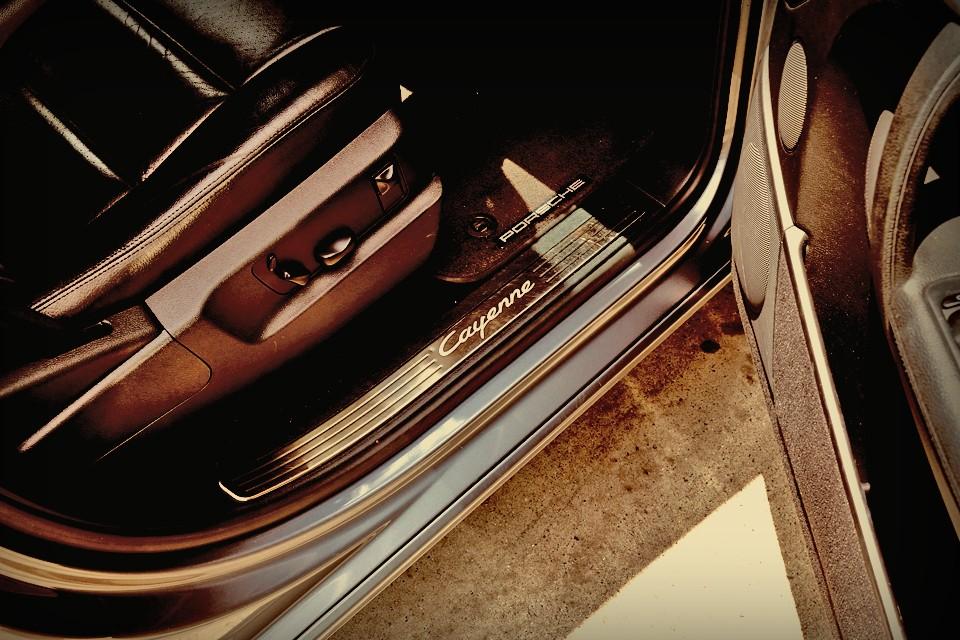 「ポルシェ」というビッグネームである以上、どんなカテゴリーでも最高性能を求めるという使命で、カイエン・ターボが存在するのは理解出来るのですが、むしろ、この何の変哲も無いMT車の存在が、不思議だったのですが・・・。