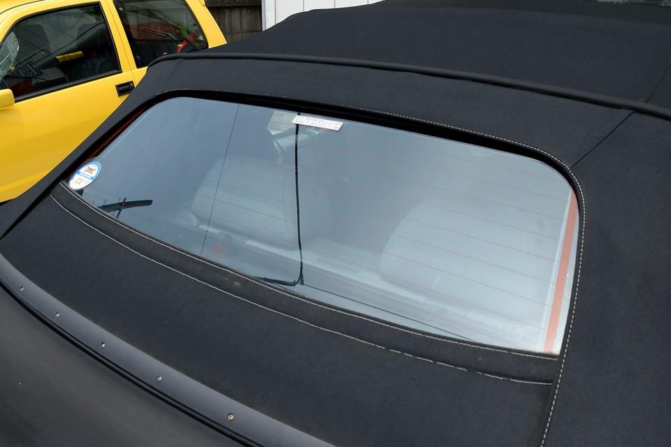ちなみにリアウインドウはガラス。しかも熱線入りなので曇っても安心!