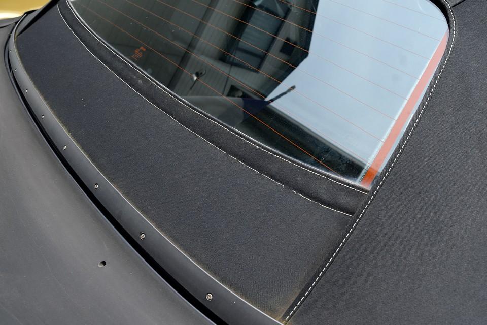 リアガラス下の幌ステッチに一部切れがあります。ガラスを支えているだけの部分なので、雨漏りの心配はありません。