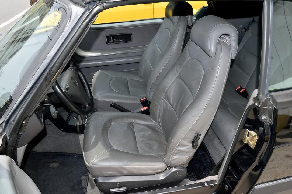 使用頻度の高い運転席には、ご覧の状態ではありますが、使用感と言うよりは、革が馴染んできたとも言えるかと・・・。