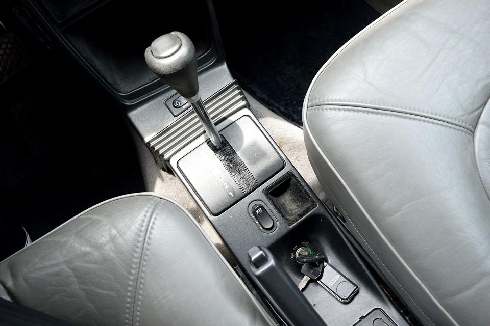 サーブのイグニッションキーは伝統的にこの位置です。その昔、安全対策として、シフトレバーをRレンジに入れないと物理的にキーが抜けないよう考えられたレイアウトの名残りとか・・・。