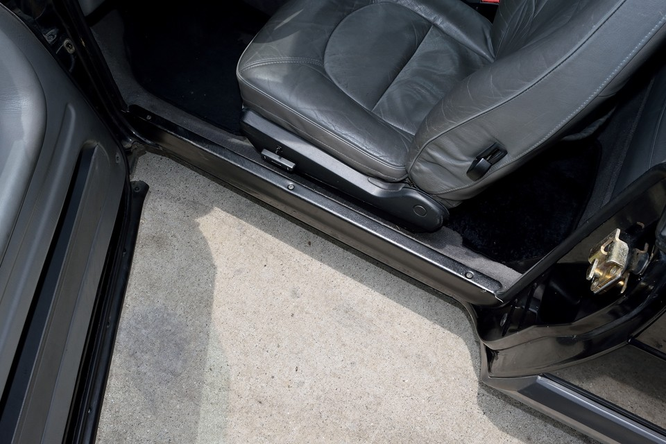 この時代のサーブの特徴のひとつ!ドア部分の床がこれだけえぐれています。しかも、本車両はカブリオレ・・・強度は大丈夫?なんて心配は無用!ボディ外板に頼ることなくシャシーで十分な強度が確保出来てる証拠!やっぱ航空機メーカー的な手法なんでしょうね。
