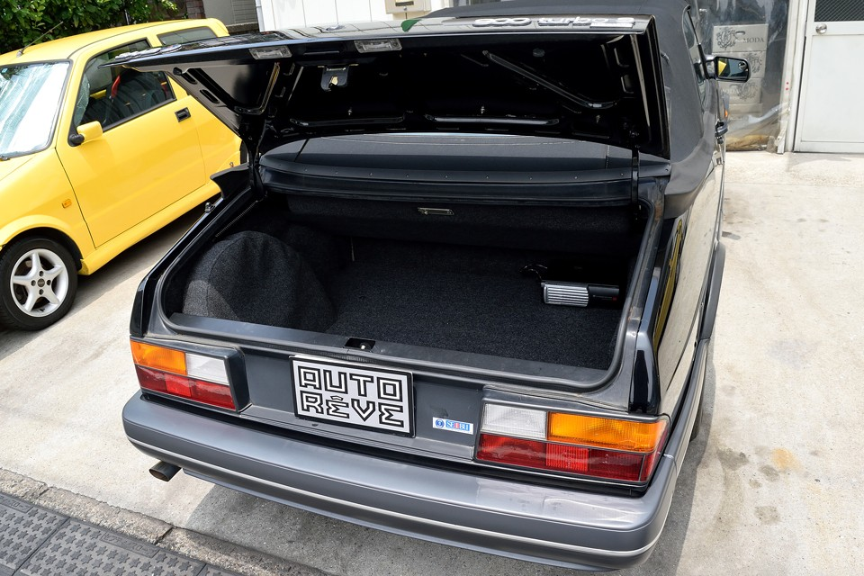 幌の収納スペースと、スペアタイヤのせいでトランクは少し狭いですが、それでも、これだけの容量がありますので日常使用には十分かと・・・。