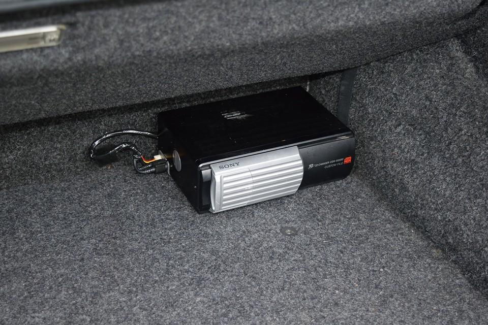 トランク内にご覧のSONY製のCDチェンジャーを装備です。現在装備しているオーディオにはUSB入力があるので、このチェンジャーの出番は少ないかも・・・。
