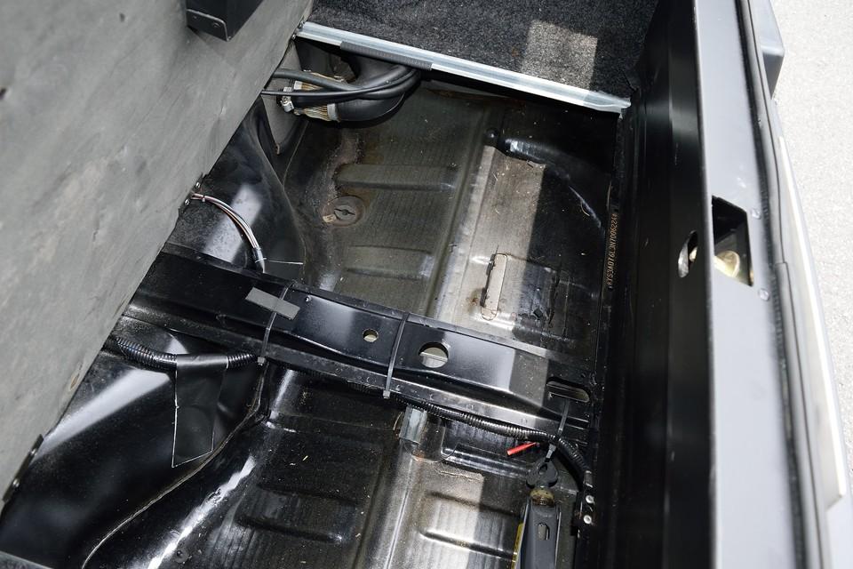 トランク床面です。修復跡はもちろん、酷いサビも無いのがお判りいただけると思います。これはご安心いただけるのではないかと・・・。