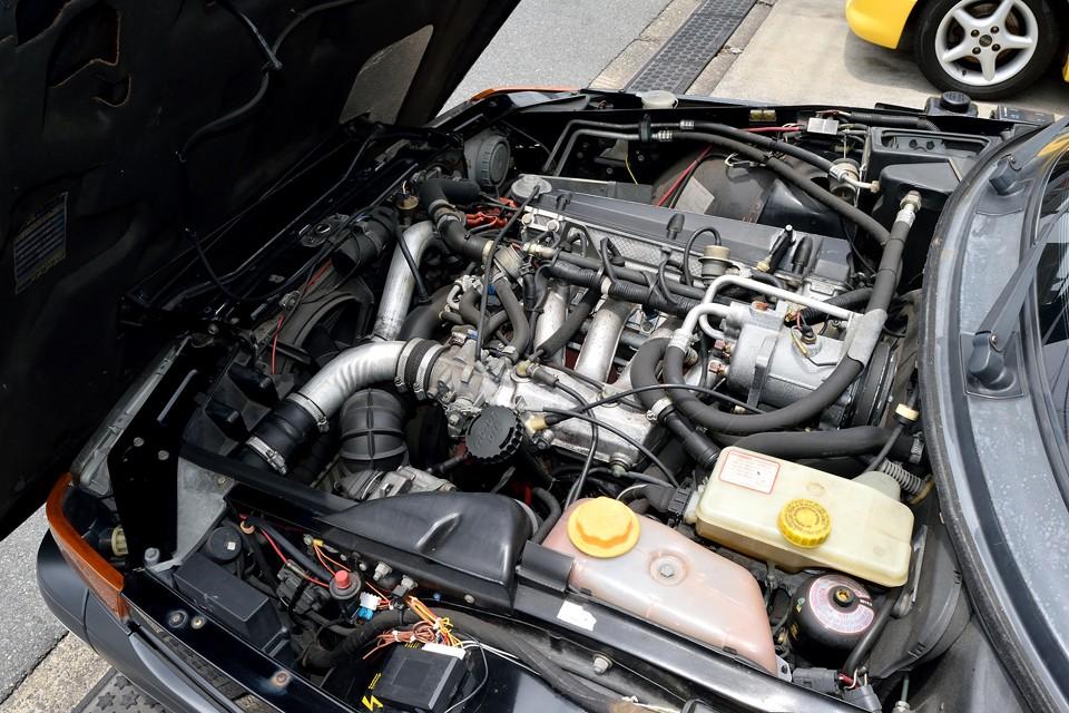 水冷直列4気筒1984cc、DOHC16バルブ、IC付ターボ搭載のエンジンは、最高出力160ps(118kW)/5500rpm、最大トルク26.0kg・m(255.0N・m)/3000rpmを発生!ターボが効いた回転域での太いトルクは1340kgの車重を軽々と引っ張るのです!