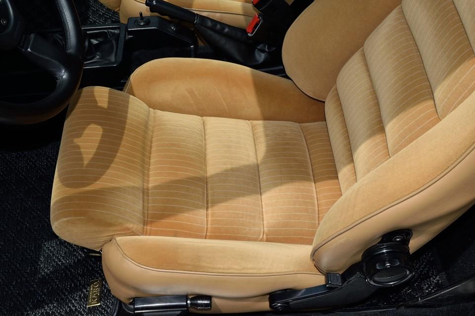 運転席のみ若干の、ホントに若干の使用感はありますが、それでもこの状態でしたらご納得いただけるかと・・・。