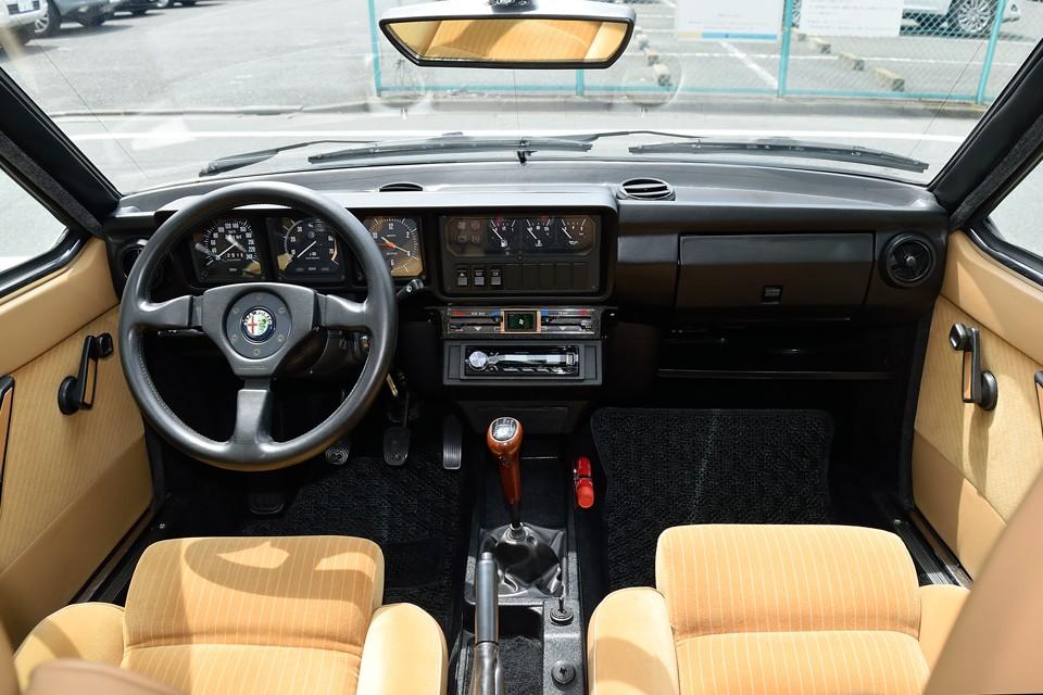 コックピットはドライビングカーであるアルファらしく、「すべてはドライバーのために!」と言わんばかりのシンプルで機能的なもの!