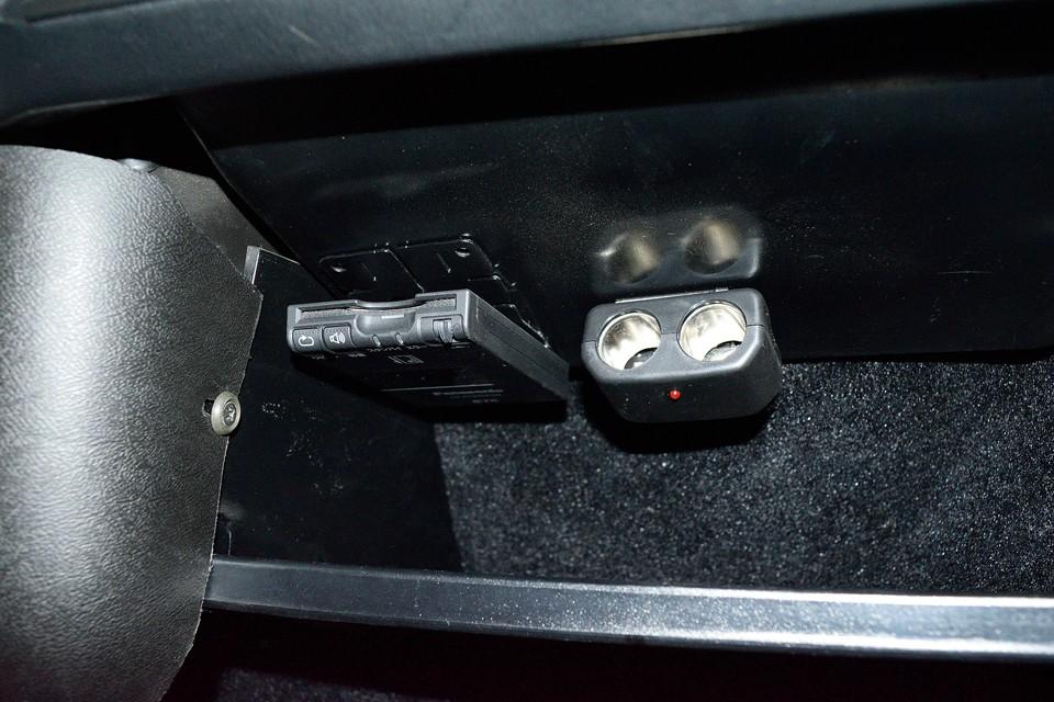 旧車と言えども実用性は大事!助手席前にETC、増設シガーソケットを装備!携帯の充電やポータブルナビも直ぐに使えますね。