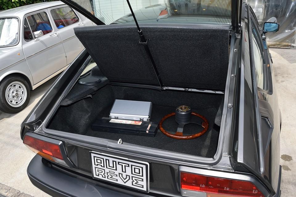 トランクもこれだけの容量がありますので十分ですね。ご覧の、オリジナルウッドハンドル、コーティングメンテナンスキット、三角表示板が付属します。トランク周りのゴムウエザーの状態も◎!