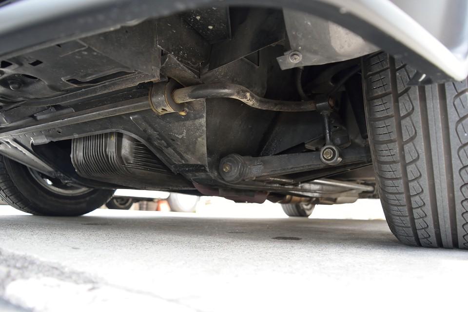 エンジン下面です。オイル漏れ、目立つ損傷、酷いサビが無いのがお判りいただけるかと・・・。