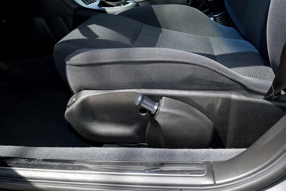 バックレストの角度調整のみ電動で、前後位置、座面の高さ調整は手動です。壊れて調整出来なくなるリスクはほとんど無いかと・・・(苦笑)