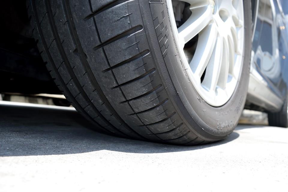タイヤはミシュランのPILOT SPORTS3、サイズは215/55R16。残溝は6~7分山というところでしょうか。当分交換の必要は無さそうです。