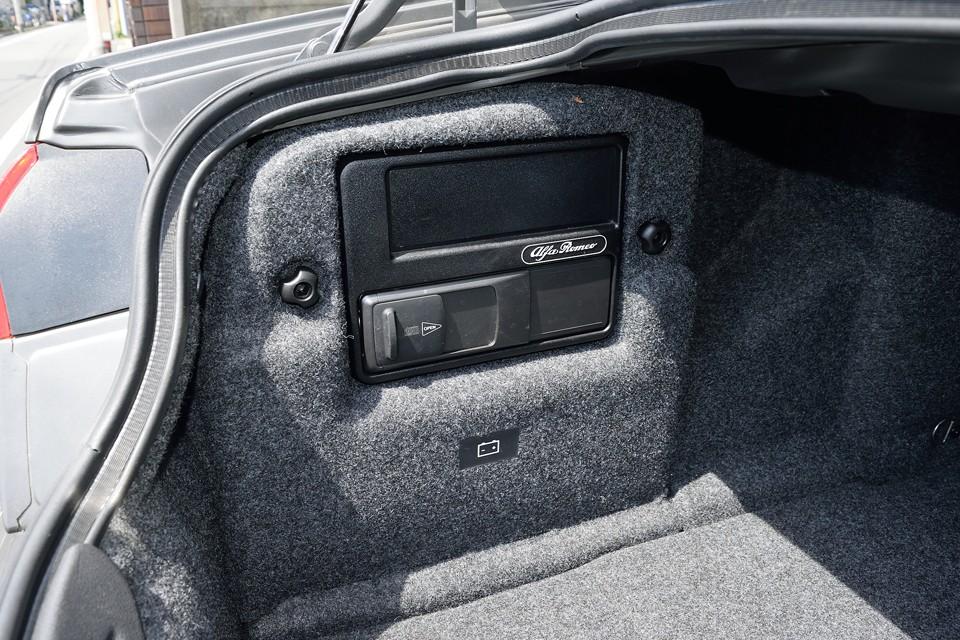 トランクのこの部分にCDチェンジャーを装備。その下にバッテリーがありますので、交換は容易ですね。