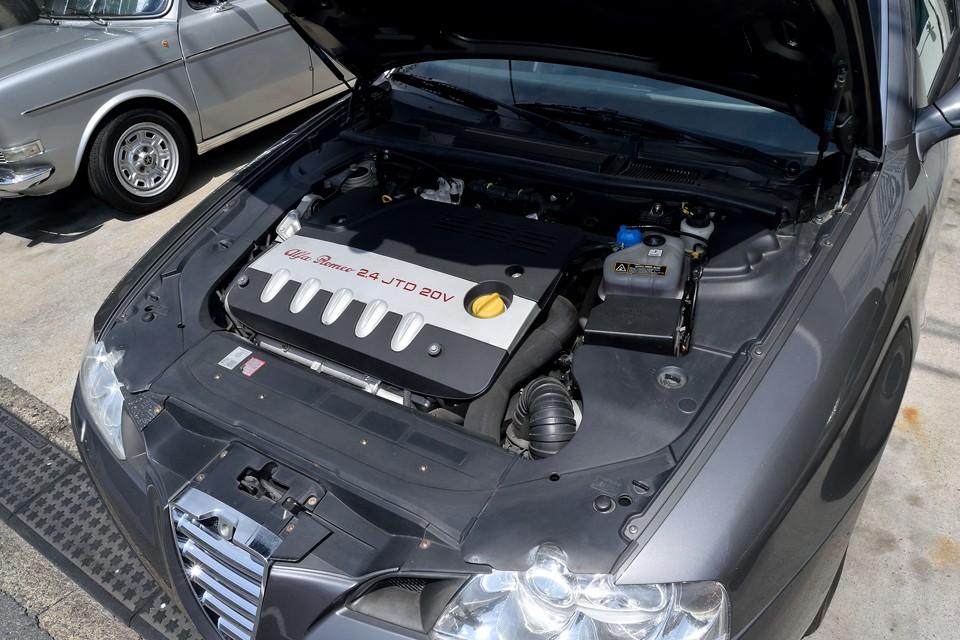 ランチアテージスにも搭載されたディーゼルエンジンは、それまでの175psから、2007年のMultijetと呼ばれる最終進化型は185psへとパワーアップ!