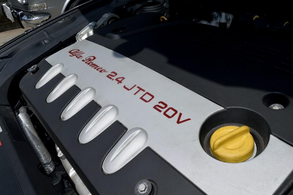 直列5気筒20V 2.4L、コモンレール式直噴ディーゼルターボエンジン!最高出力185ps/4000rpm 、最大トルク39.3kgm/2000rpmを発生!ガソリンのV6 3.0Lが最大トルク27.0kgm/5000rpmなので、トルクの太さは圧倒的!