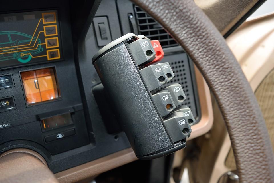 ドライバー目線からはとても分かりやすく、操作もハンドルから手を放すことなく、指1本!これはまさしく「デザインの勝利!」