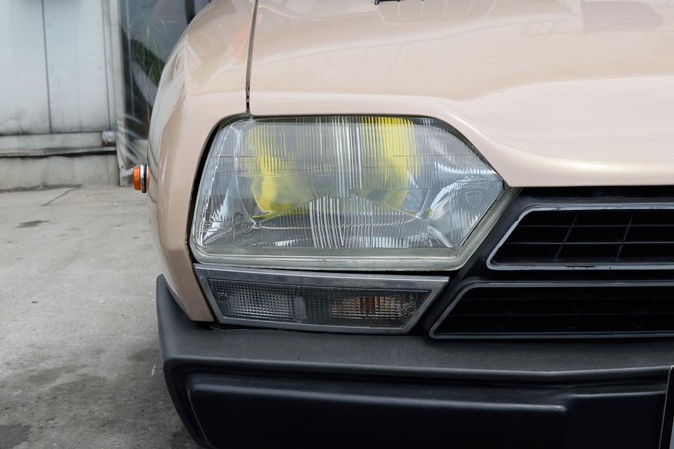 ヘッドライトの反射板に劣化はほとんど見られません。旧車ではよくある光量不足で車検不合格?!なんて心配も無さそうです。そしてバルブはイエローバルブ!夜間はもちろん、昼間でも黄色い目がアクセントに!