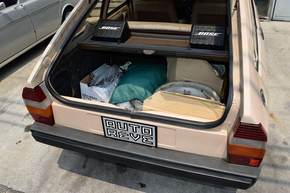 ボディカバー、専用ジャッキ、クランク棒兼タイヤレンチ兼ジャッキハンドル、いくつかの予備パーツが付属します。※画像にあるホイール4本は付属致しません。