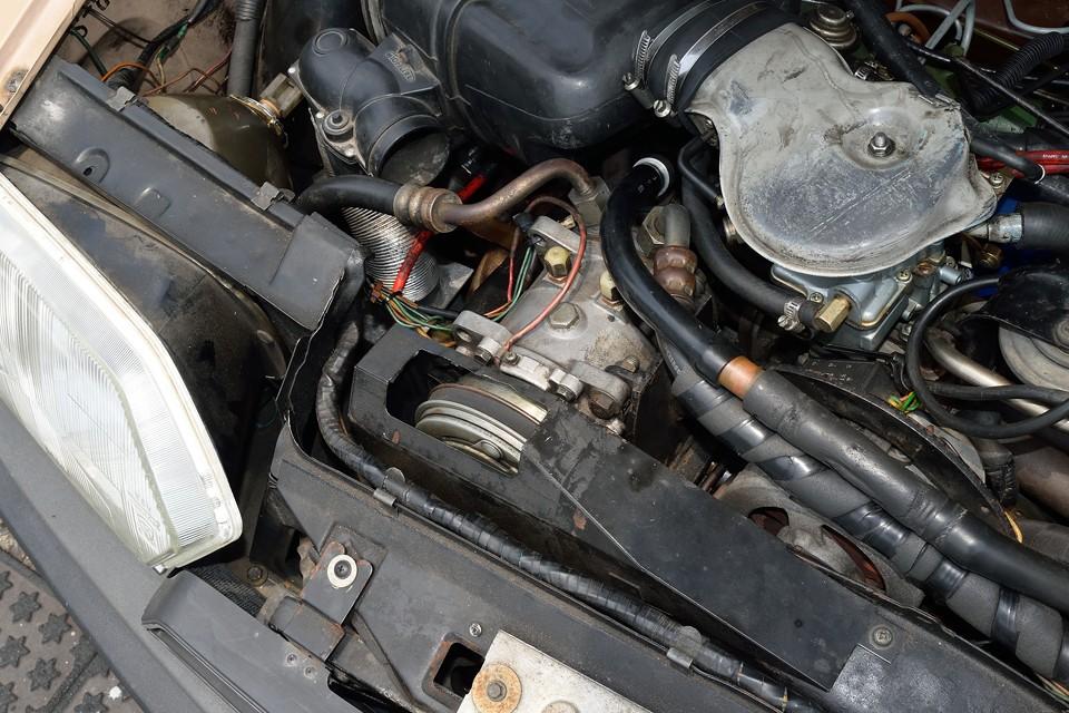 エアコンは当時のディーラー(西武自動車)さんで取り付けたものです。コンプレッサーの取付や配管の取り回しに苦労の跡が見て取れます。