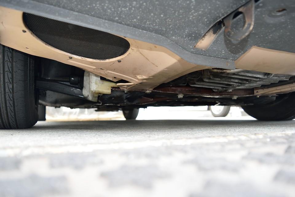 エンジン下面です。弊社入庫時、排気漏れ、そしてかなりのエンジンオイル漏れ(LHMオイルではありません!)がありましたので、排気漏れは修理、オイル漏れはオイルクーラーホース類の交換を行い、かなり改善しましたが、未だ少し漏れがあるようです。エンジンO/H等の大掛かりな整備をすれば完治しますが、このままなんとか付き合っていくのも有りかと・・・。