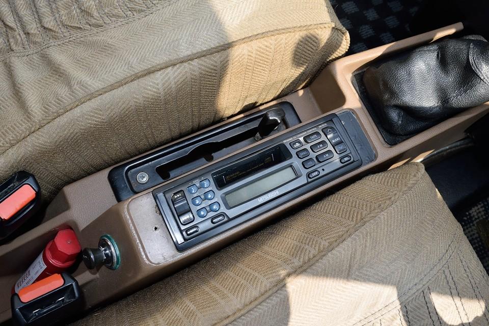 GSAはここにオーディオがあります。その横は車高調整レバーです。通常走行~悪路走行~メンテナンスモードと3段階の車高調整が可能です。