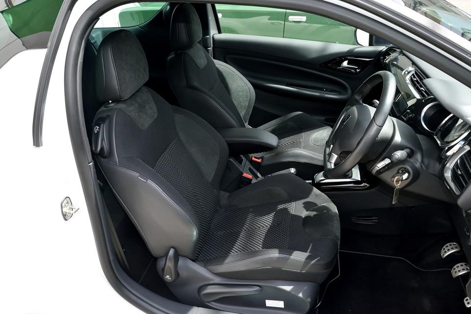 そのドライビングポジションの良さに大きく貢献しているのがこのシート!一見ごく普通に見えますが、適度なサポート、適度な柔らかさ、そして調整範囲の広さでどんな体型の方でもベストポジションに!
