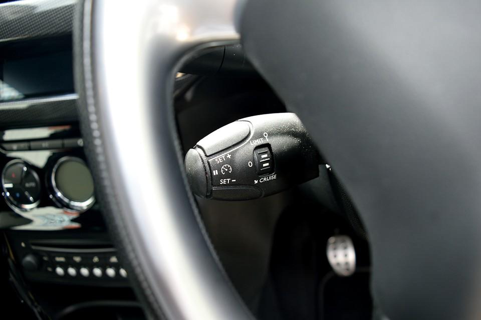 本車両は高速道路走行時に便利なオートクルーズを装備!コントロールレバーはご覧のハンドル裏の左側に!