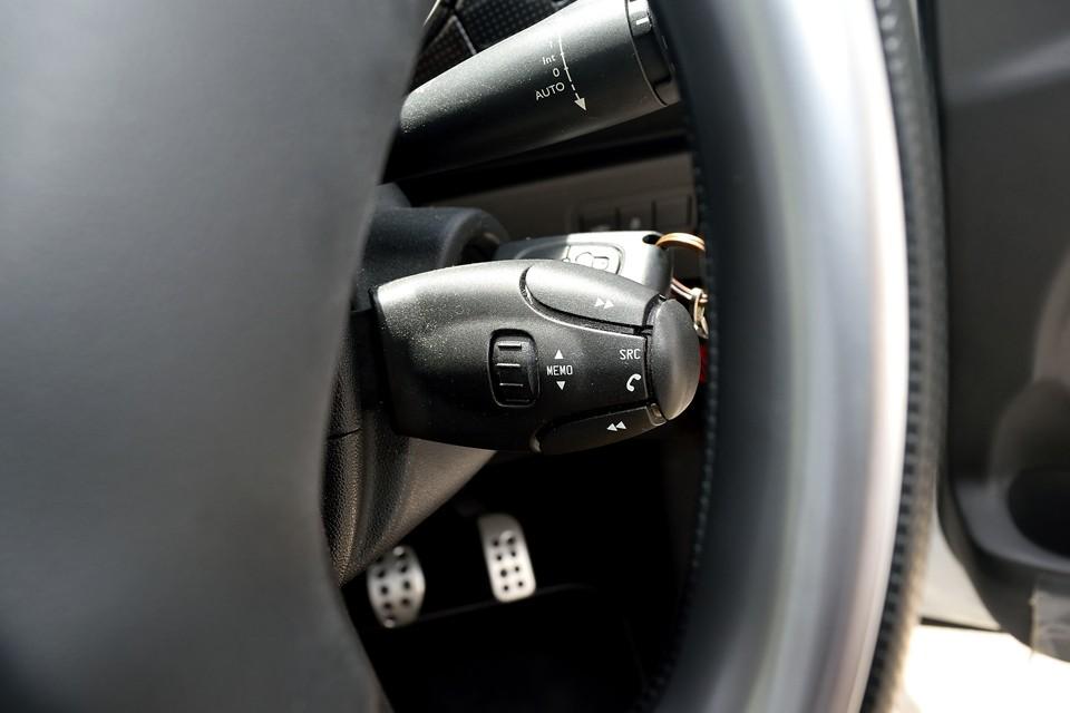 ハンドル裏の右側には手元でオーディオが操作出来て便利なオーディオコントローラーを装備!