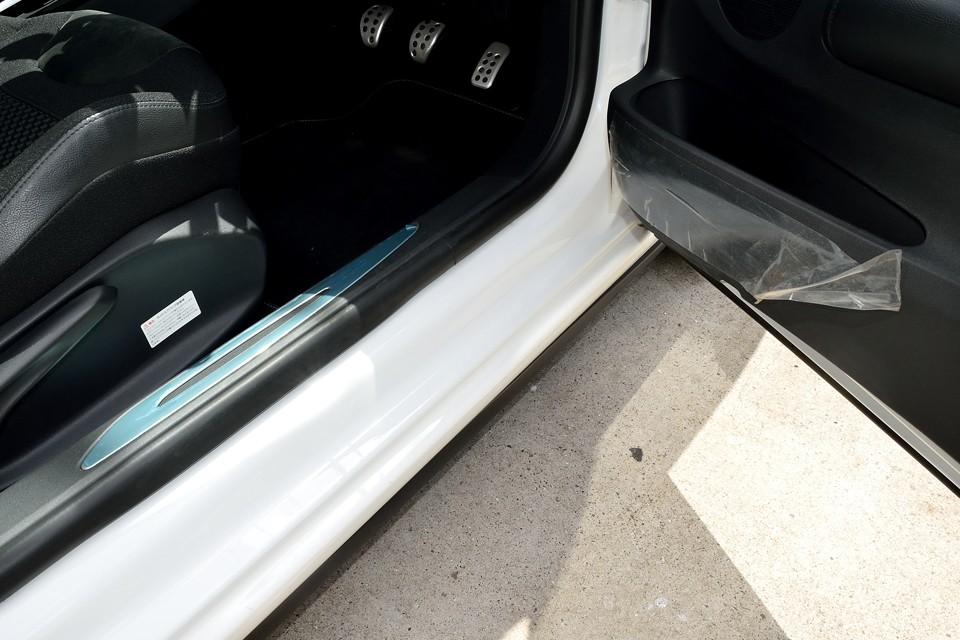 ドア内張りとステッププレートにも新車時の保護フィルムが残ったままです!って~ことは、この下は新品状態?!