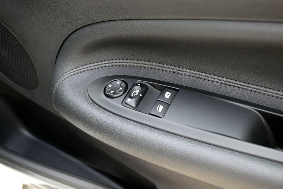 使用感の出やすいドアのスイッチ部分もご覧の通り清潔そのもの!革の状態が良いのもお判りいただけるかと・・・。