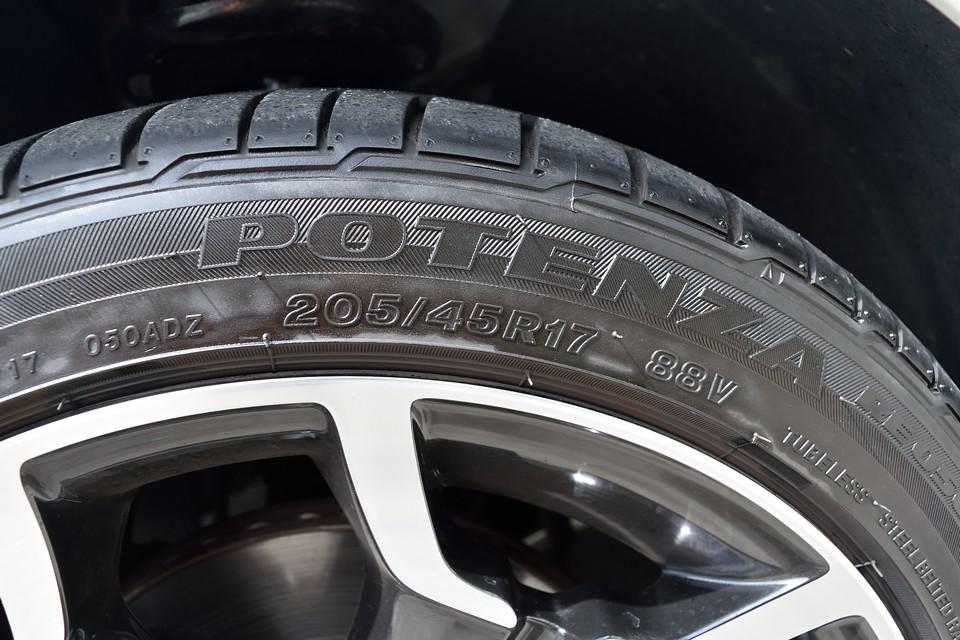 タイヤは高性能なPOTENZA RE050を装着!サイズは205/45R17と、このクラスにしてはかなりの偏平タイヤ!それだけのパワーがあるということですね。