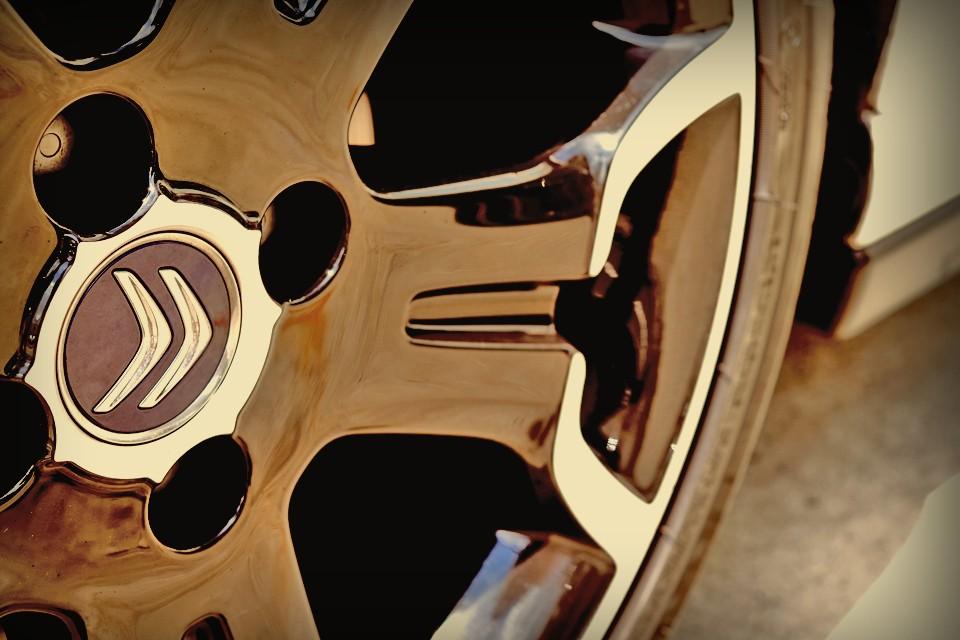 「こうもり傘に4つの車輪を付ける」が開発コンセプトの2CVしかり、「空飛ぶ絨毯」の乗り心地のハイドロニューマチックを採用したDSしかり・・・。