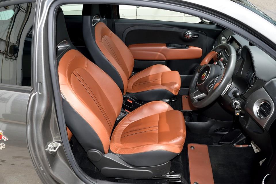 さすがに運転席には若干の使用感はありますが、他は目立つ汚れも無く、かなり状態は良いと思います。
