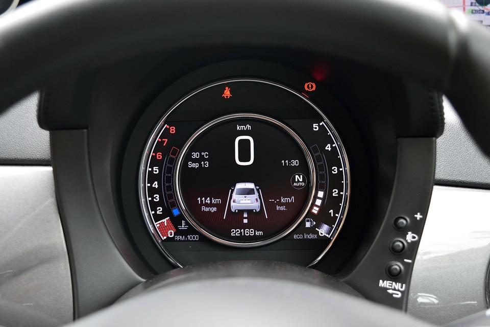 「TFTメータークラスター」と呼ばれる液晶メーターは見やすい上に、様々なインフォメーションを表示してくれるスグレもの!走行距離はご覧の通り2.2万km!状態が良いのも納得なのです!