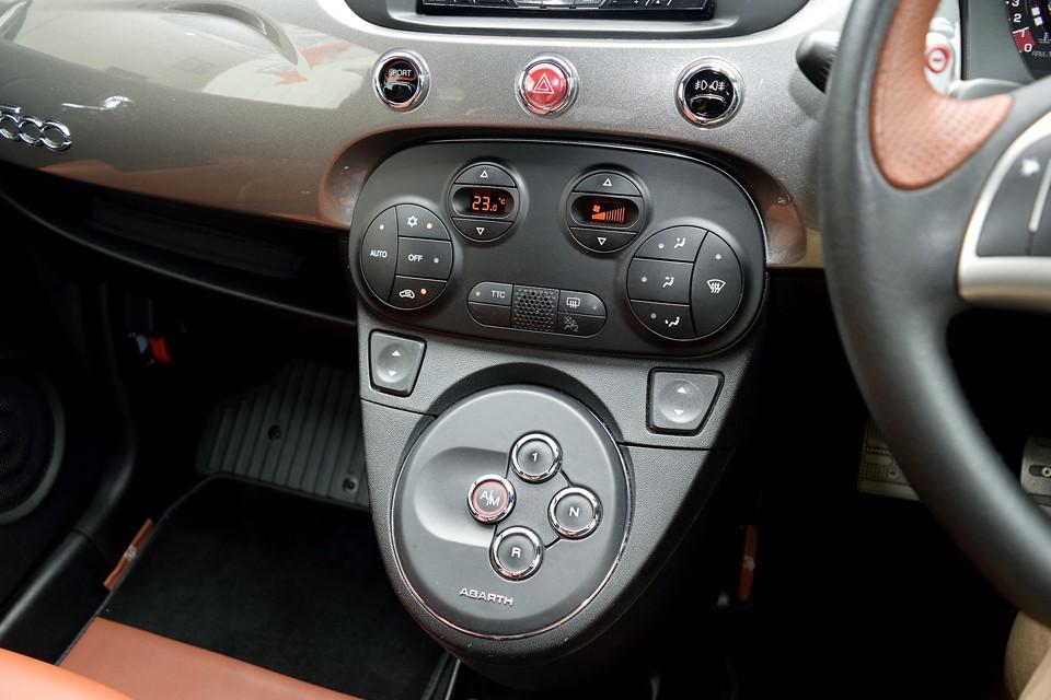 ミッションはフェラーリにも採用されているボタンセレクトタイプ。オートマチックモードでは楽々、マニュアルモードでは意のままに操れ、おまけに燃費も良いミッションなのです!